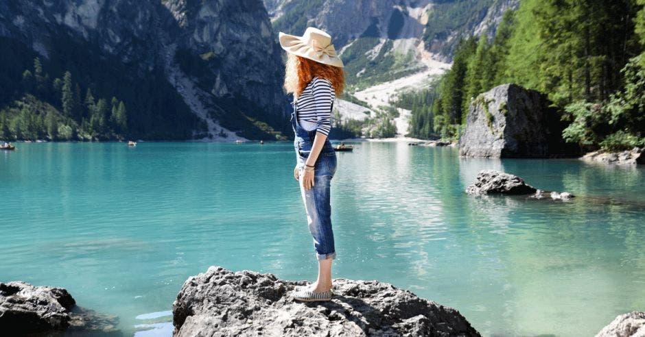 Turista noruega en medio de un lago