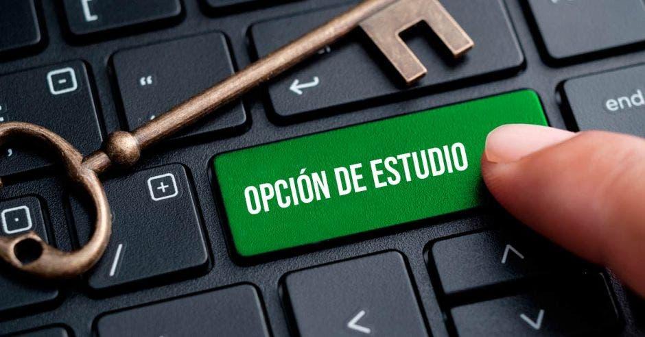 Un teclado con la palabra opción de estudio resaltada y un dedo presionándolo