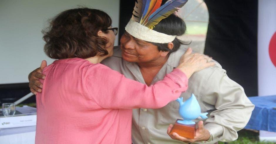Yamileth Astorga, presidenta ejecutiva del AyA y un habitante del territorio Malecu