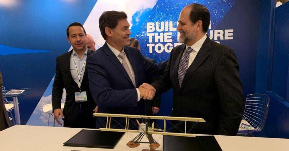 Ennio Rodríguez (derecha), gerente general de Coopesa, estrecha su mano con un directivo de Boeing
