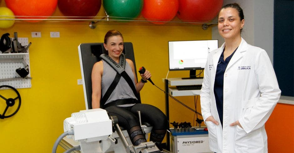 Paula Mora junto con una paciente en el Centro de Rehabilitación y Terapia Física del Hospital Clínica Bíblica