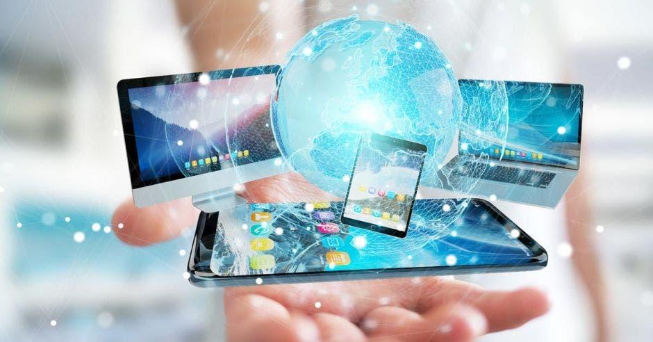 Una mano con aparatos tecnológicos