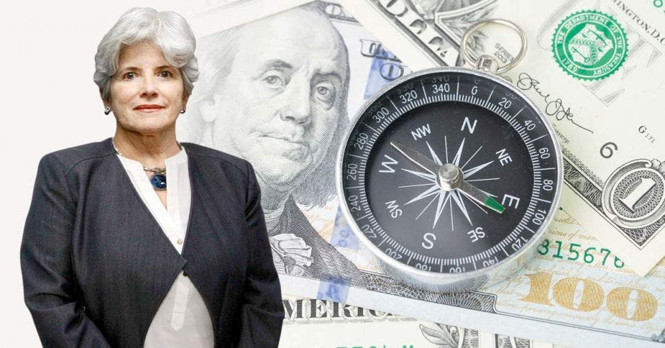 Rocío Aguilar con fondo de dólares