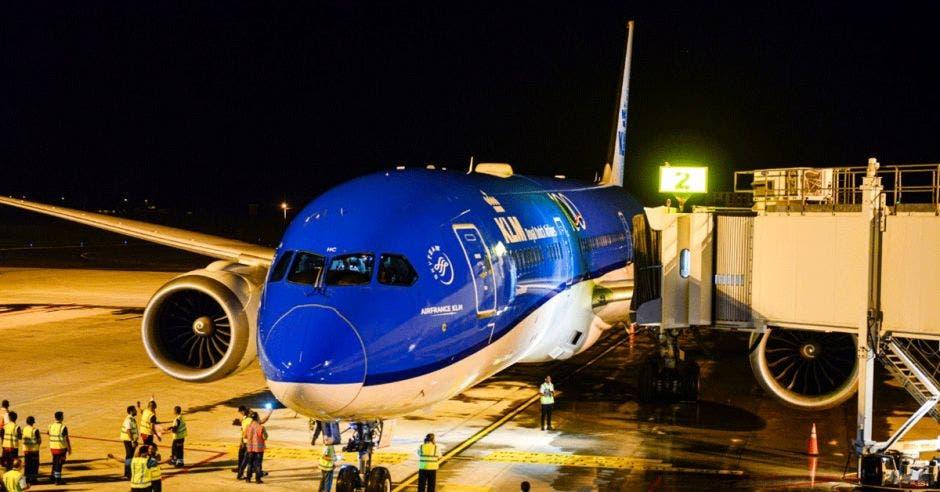 Avión de KLM en nave de abordaje
