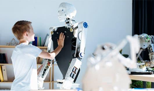 Un niño trabaja con un robot