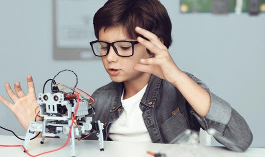 Niño observa un robot funcionando