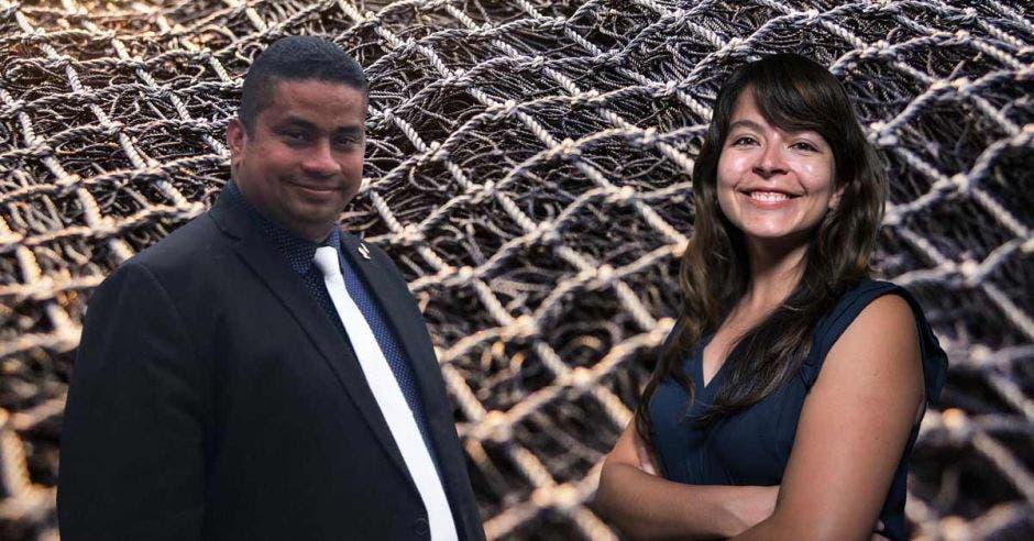Melvin Núñez, diputado de Restauración Nacional que apoya la pesca de arrastre, y Katherine Arroyo, gerente de Incidencia de la Fundación MarViva, que adversa la actividad