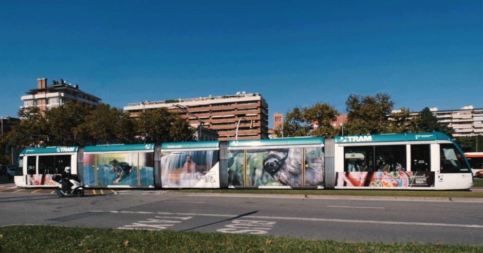 Un tranvía con imágenes alusivas a Costa Rica