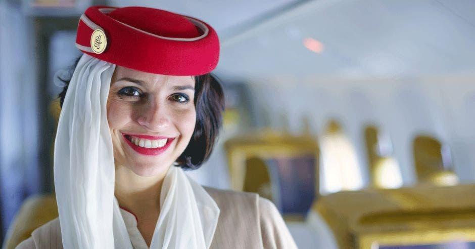 Miembro de la tripulación de Emirates en un avión Boeing 777-300ER en Dubai, Emiratos Árabes Unidos.