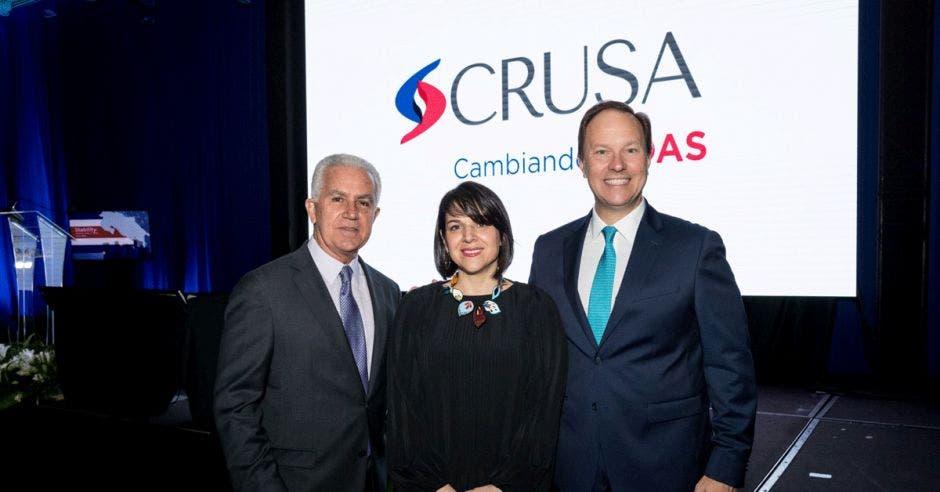 Carlos Manuel Uribe (izquierda), de Faico, y Mónica Araya, de Costa Rica Limpia, fueron reconocidos por la Fundación Crusa.