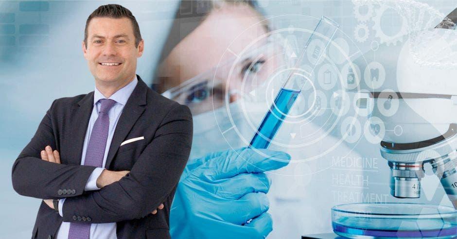 Massimo Manzi y atrás una imagen de un científico