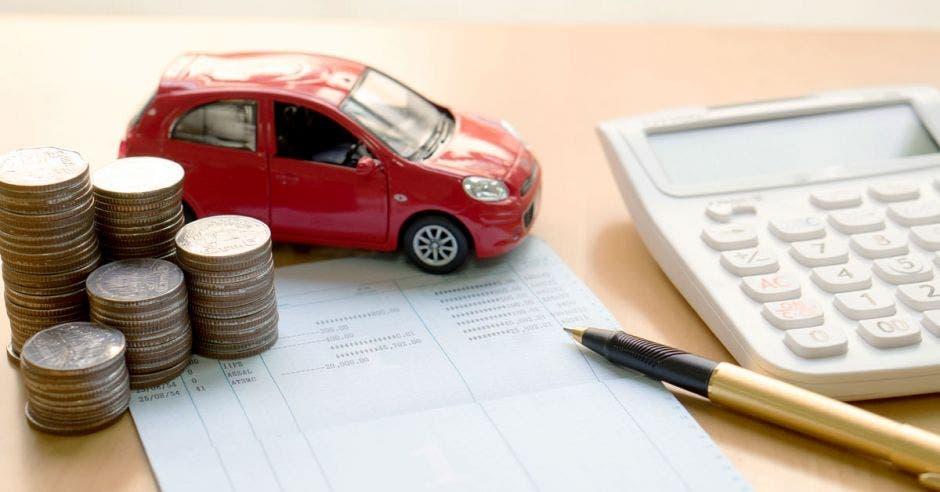 Bolígrafo, calculadora, monedas, carro
