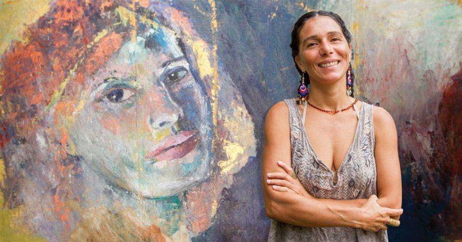 La pintura Evelyn Paniagua junto a uno de sus cuadros. Esteban Monge, Richard Blaser / La República