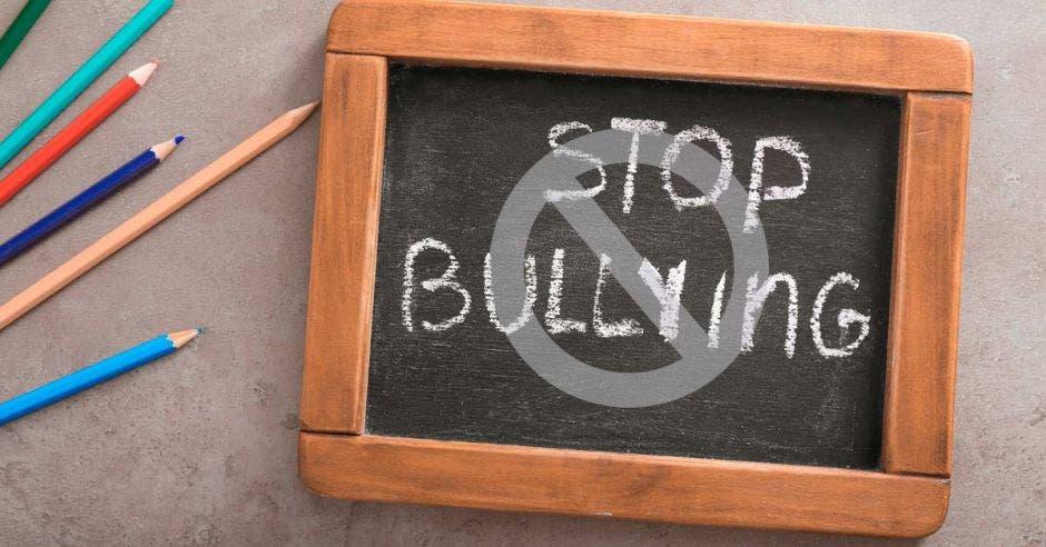Una pizarra con las letras stop bullying escritas
