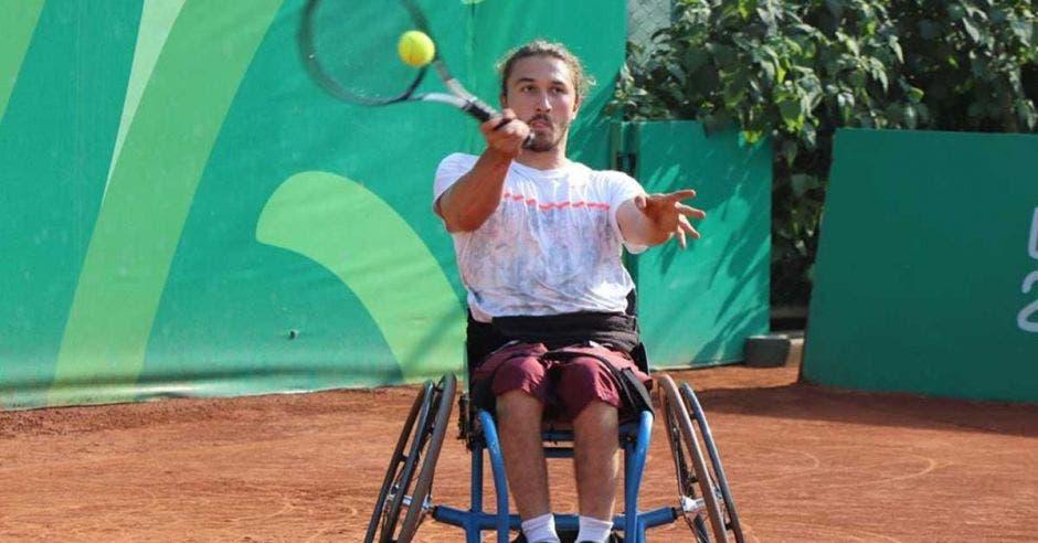 tenista en silla de ruedas golpea bola