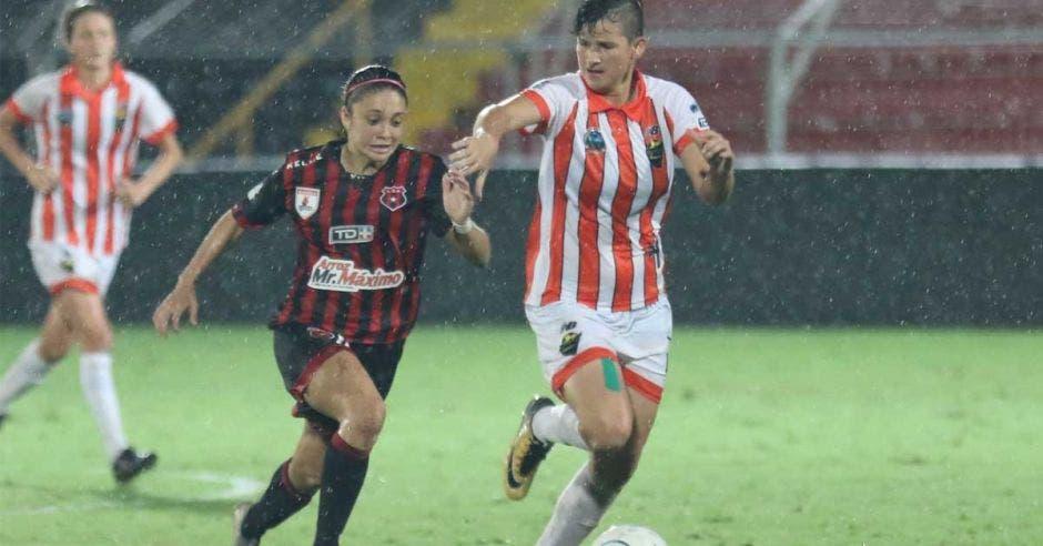 mujeres jugando futbol