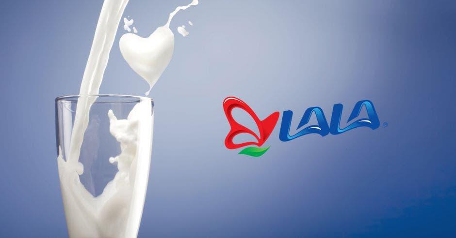 Un vaso de leche con el logo de LALA