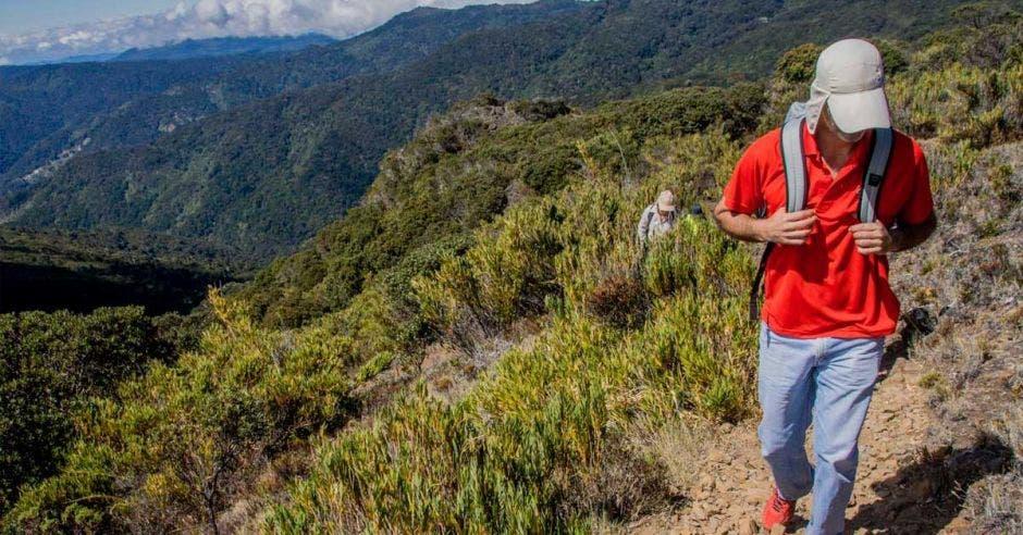 hombre caminando en montaña