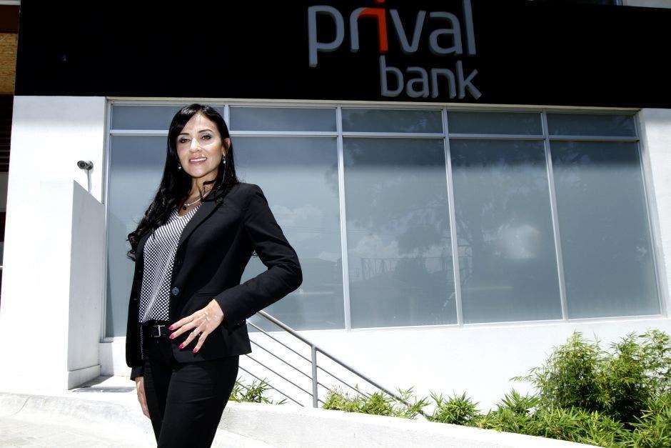 Karla Arguedas Chaverri frente a instalaciones de Banco Prival
