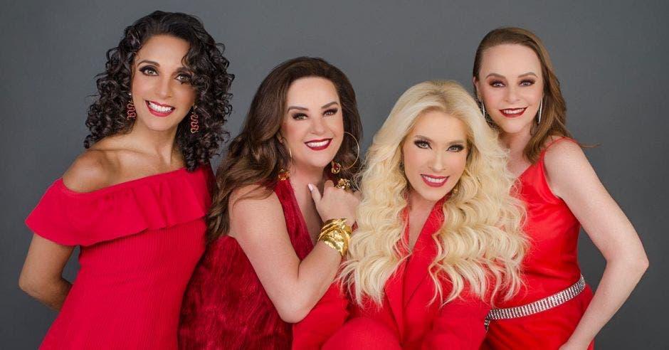 El grupo pandora junto con Yuri, todas vestidas de rojo