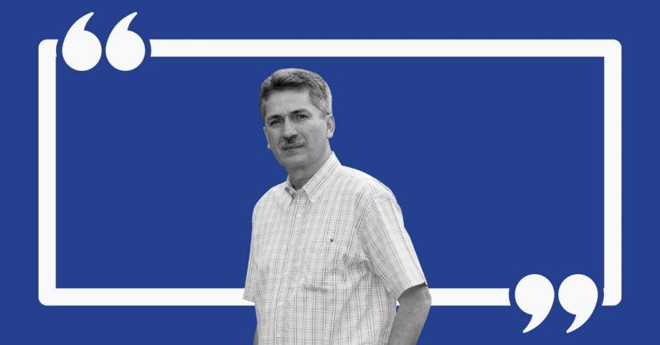 Welmer Ramos en medio de un fondo azul