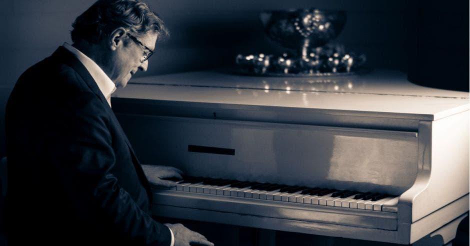 Cantante Ricardo Padilla tocando el piano