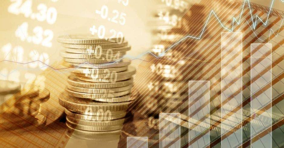 monedas apiladas para arriba de color dorado, con gráficos en primer plano.