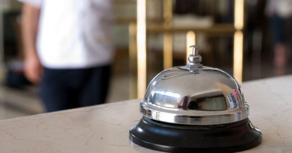 Un timbre en la recepción de un hotel