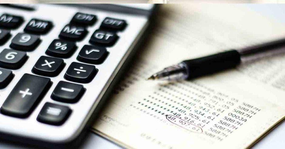 Foto de una calculadora sobre un documento con cuentas