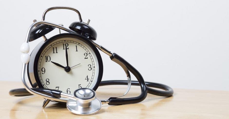 Un reloj y un estetoscopio