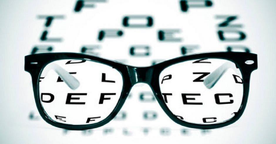 Examen de la vista y unos lentes