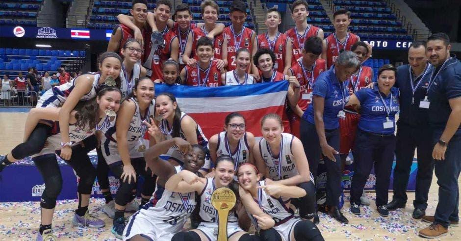 muchachos y muchachas celebran con trofeo y medalla