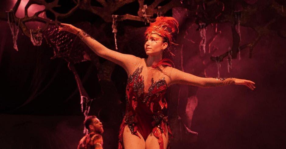 Una de las artistas danzando en el escenario