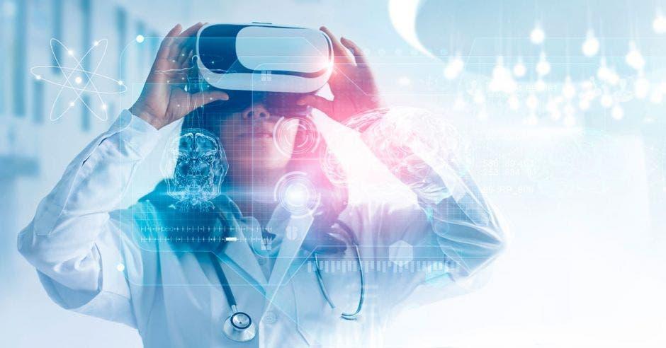 Una mujer probando realidad virtual