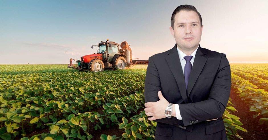 Jaime Morales en un campo agrícola
