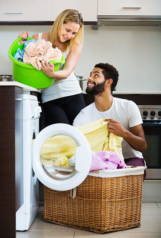 Una pareja comparte una de las labores diarias en el hogar.