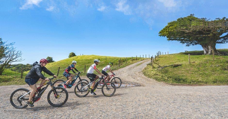 Cuatro ciclistas en la montaña