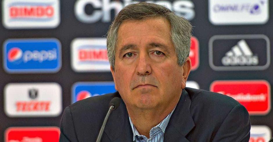 Jorge Vergara atiende a medios de comunicación en la sala de prensa de las Chivas de Guadalajara