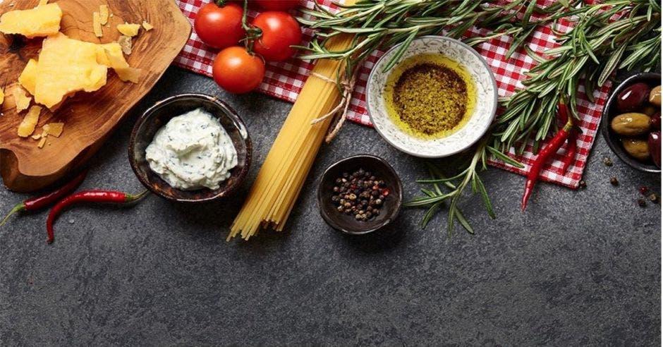 comida como tomate y pastas
