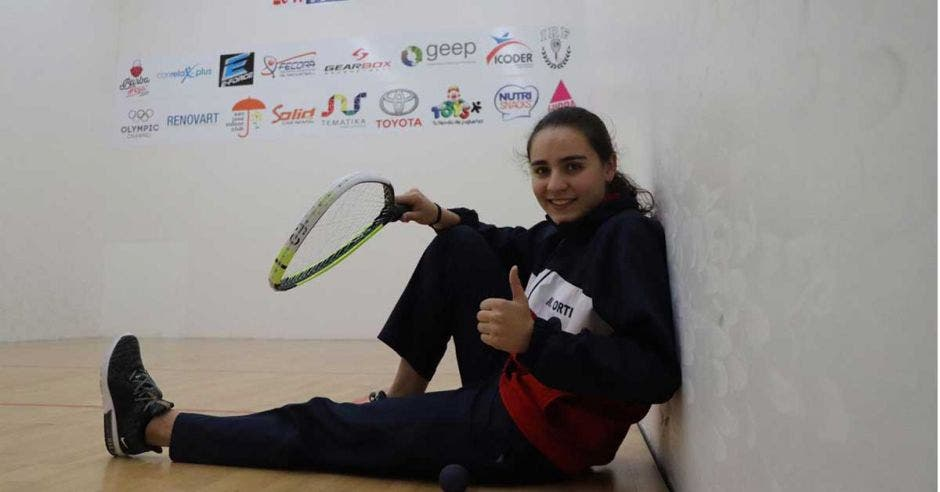 mujer sentada con raqueta