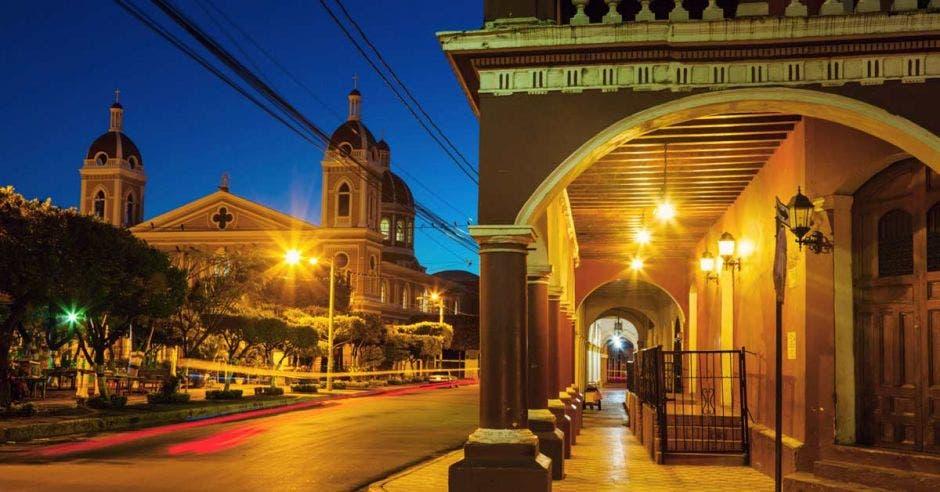 La ciudad antigua de Granada es uno de los atractivos turísticos más elogiados de Nicaragua. La ciudad está de noche e iluminada.