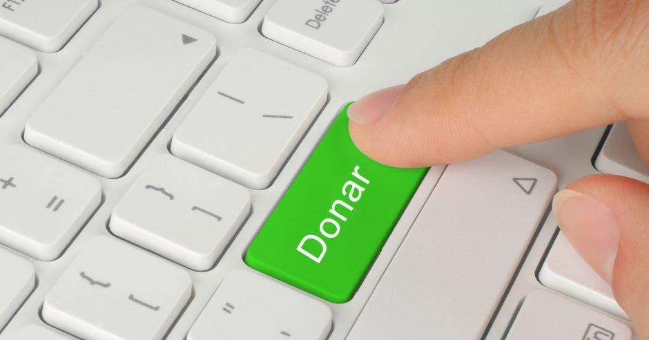Teclado con un botón llamado donar