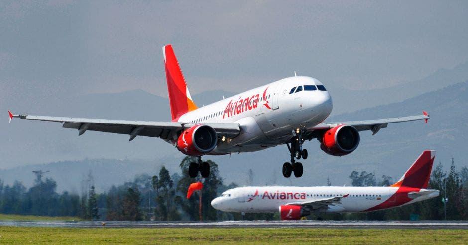 Dos aviones de Avianca despegan desde una pista de salida