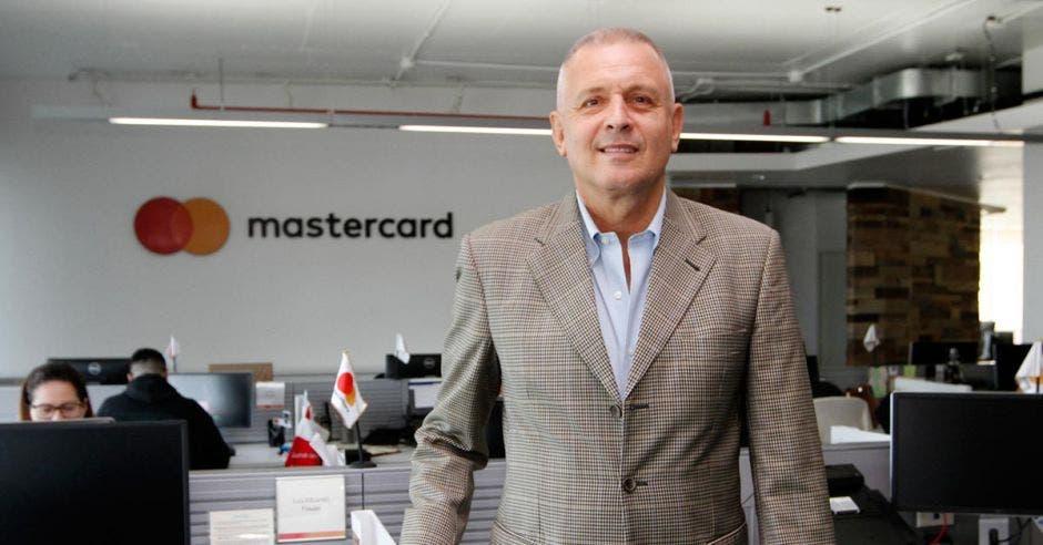 Alberto Franco posando en las oficinas de Mastercard