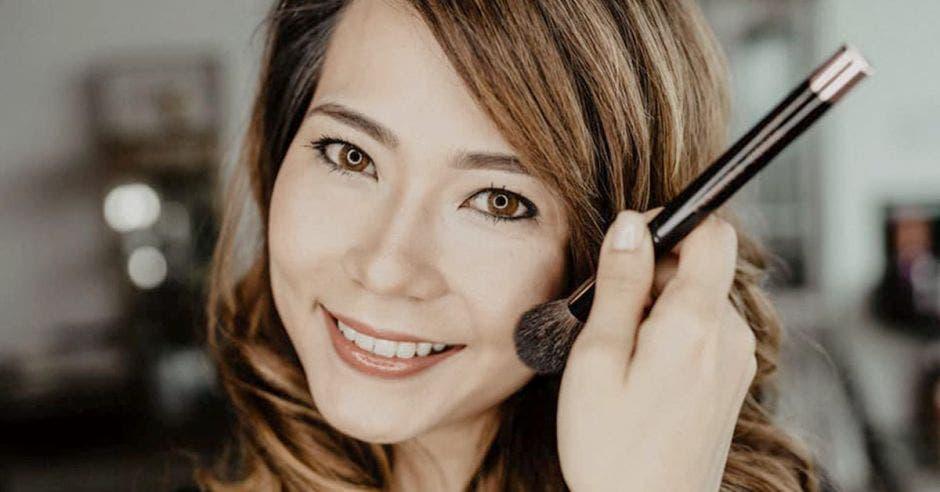 Una mujer siendo maquillada