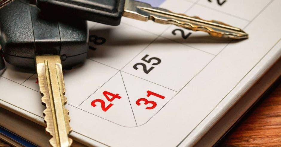 calendario con llaves de carro encima.