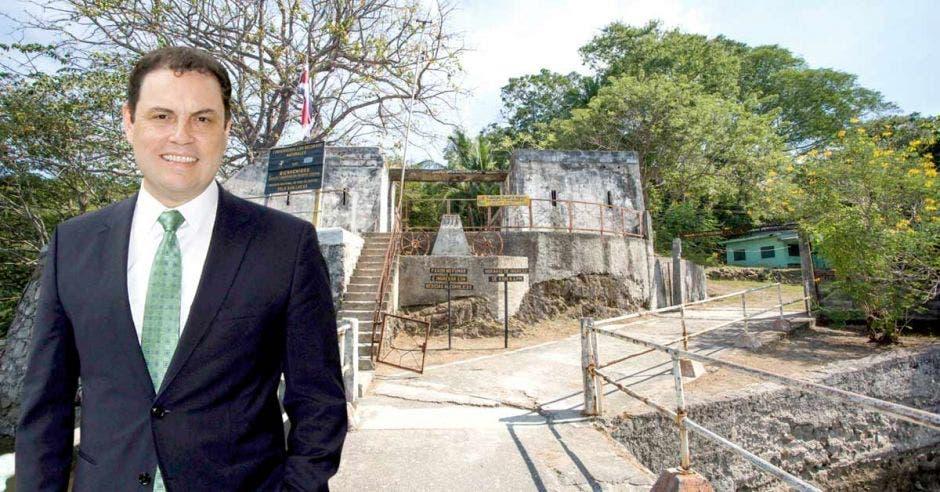 Carlos Ricardo Benavides posa en la Isla San lucas