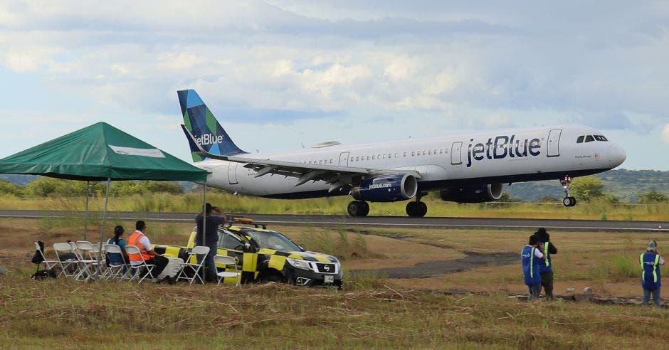 Avión de JetBlue aterrizando en la pista del aeropuerto Daniel Oduber
