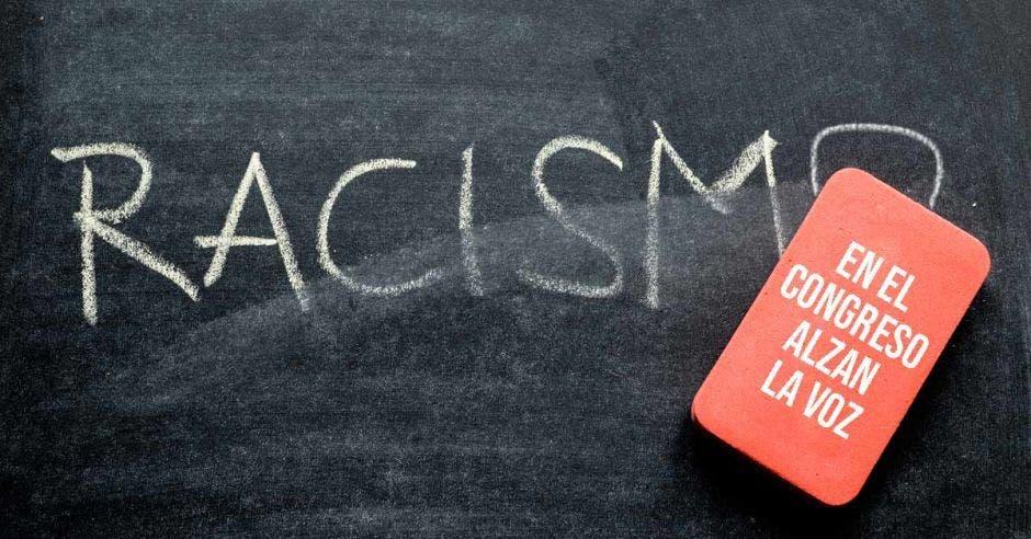 una pizarra en donde dice la palabra racismo, con un borrador