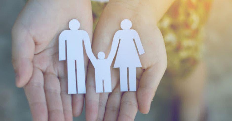 Unas manos abiertas muestran una familia tradicional.